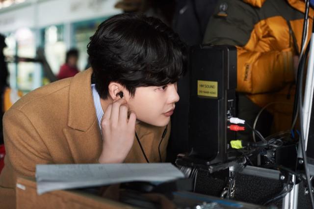 Rụng tim với hình ảnh lung linh của Lee Jong Suk ở hậu trường Khi nàng say giấc - Ảnh 1.
