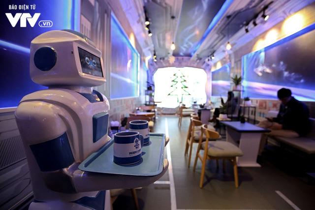 Độc đáo quán café sử dụng robot phục vụ tại Hà Nội - Ảnh 4.