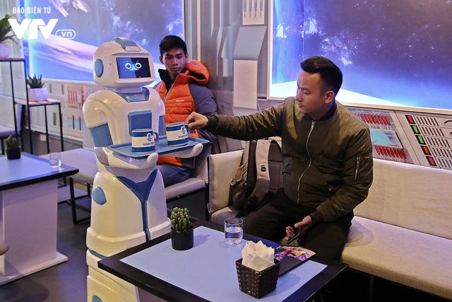 Độc đáo quán café sử dụng robot phục vụ tại Hà Nội - Ảnh 7.