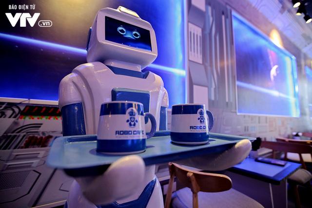 Độc đáo quán café sử dụng robot phục vụ tại Hà Nội - Ảnh 2.