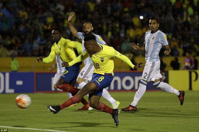 Messi lập hat-trick đưa Argentina tới World Cup 2018 - Ảnh 1.