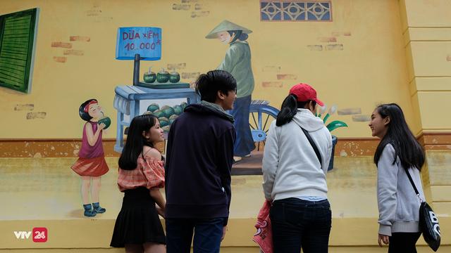 Giới trẻ TP.Hồ Chí Minh biến tường cũ thành điểm check-in mới - Ảnh 5.