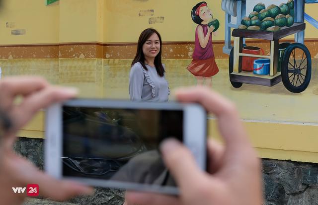 Giới trẻ TP.Hồ Chí Minh biến tường cũ thành điểm check-in mới - Ảnh 7.