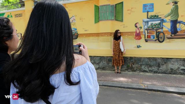 Giới trẻ TP.Hồ Chí Minh biến tường cũ thành điểm check-in mới - Ảnh 9.
