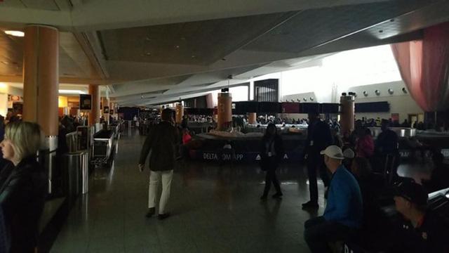 Sân bay bận rộn nhất thế giới ở Atlanta tê liệt vì mất điện - Ảnh 1.