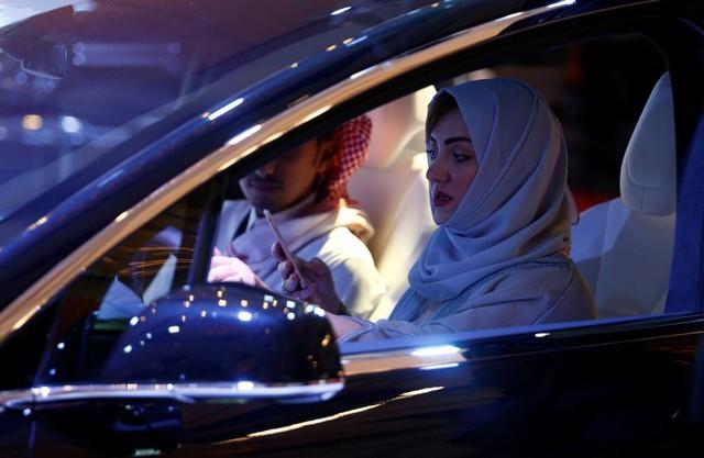 Phụ nữ Saudi Arabia lần đầu tiên tham dự triển lãm xe hơi - ảnh 1