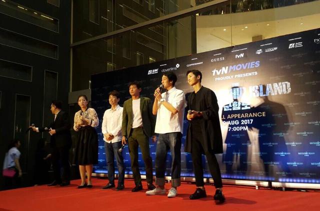 Song Joong Ki bị quây giữa biển fan ở Malaysia - Ảnh 8.