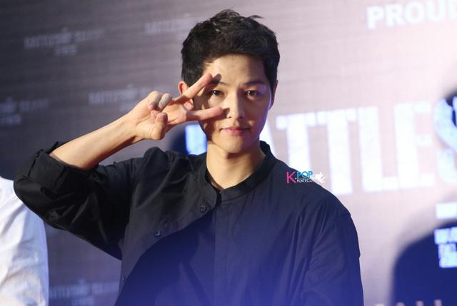 Song Joong Ki bị quây giữa biển fan ở Malaysia - Ảnh 5.