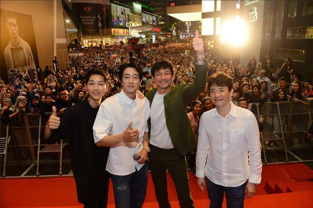 Song Joong Ki bị quây giữa biển fan ở Malaysia - Ảnh 9.