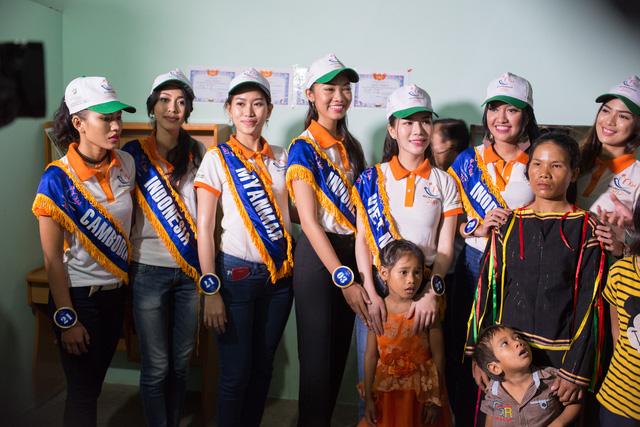 Thí sinh Hoa hậu Hữu nghị ASEAN rơi nước mắt trước những hoàn cảnh nghèo khó - Ảnh 12.