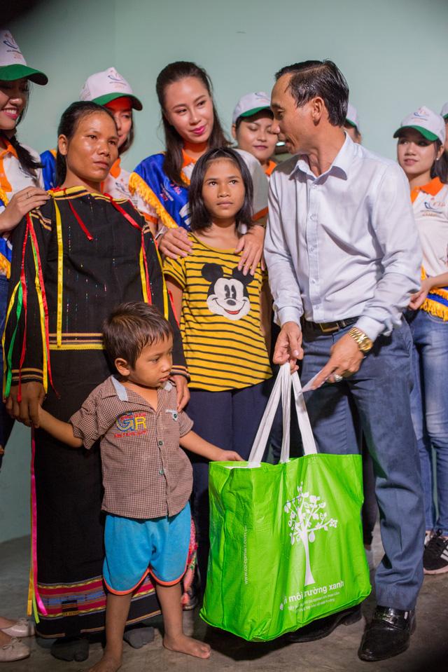 Thí sinh Hoa hậu Hữu nghị ASEAN rơi nước mắt trước những hoàn cảnh nghèo khó - Ảnh 10.