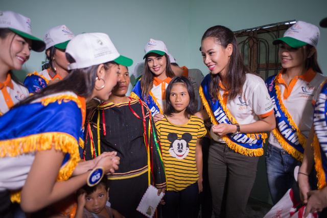 Thí sinh Hoa hậu Hữu nghị ASEAN rơi nước mắt trước những hoàn cảnh nghèo khó - Ảnh 11.