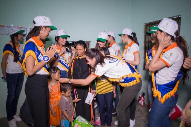 Thí sinh Hoa hậu Hữu nghị ASEAN rơi nước mắt trước những hoàn cảnh nghèo khó - Ảnh 9.