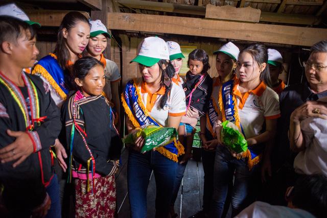 Thí sinh Hoa hậu Hữu nghị ASEAN rơi nước mắt trước những hoàn cảnh nghèo khó - Ảnh 6.