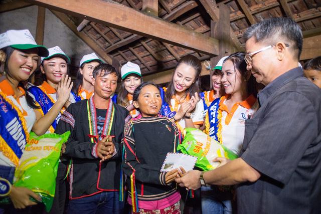 Thí sinh Hoa hậu Hữu nghị ASEAN rơi nước mắt trước những hoàn cảnh nghèo khó - Ảnh 7.