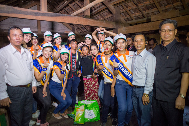 Thí sinh Hoa hậu Hữu nghị ASEAN rơi nước mắt trước những hoàn cảnh nghèo khó - Ảnh 8.