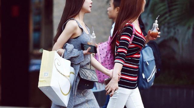 Tín đồ shopping online Trung Quốc thích sắm hàng hiệu nước ngoài - Ảnh 1.