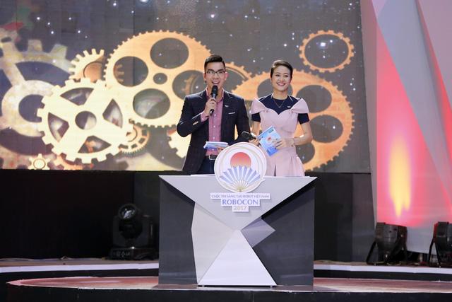 MC Phí Linh đẹp rạng ngời tại vòng loại Robocon Việt Nam 2017 - Ảnh 1.