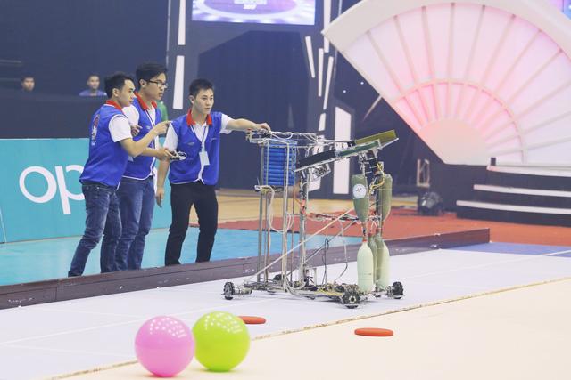 Nhìn lại khoảnh khắc đăng quang của tân vương Robocon Việt Nam 2017 - Ảnh 2.