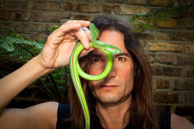 Người đàn ông có sở thích tự tiêm nọc độc rắn vào cơ thể - Ảnh 1.