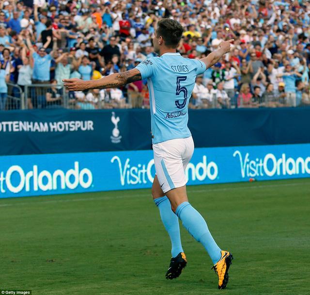 Top 10 hậu vệ đắt giá nhất thế giới: Van Dijk là số 1, Man City bạo chi nhất - Ảnh 4.