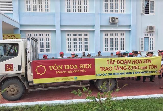 Tập đoàn Hoa Sen trao tặng 6.100m tôn cho người dân vùng bão - Ảnh 2.