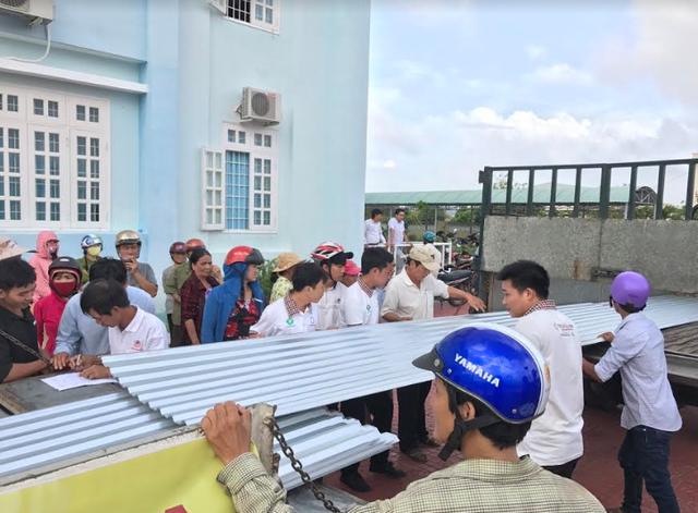 Tập đoàn Hoa Sen trao tặng 6.100m tôn cho người dân vùng bão - Ảnh 4.