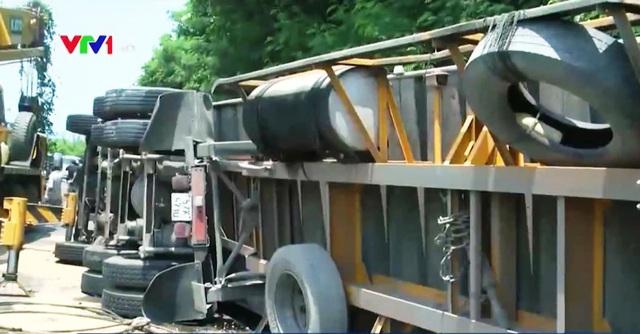 Lật xe đầu kéo container, gây ách tắc giao thông nhiều giờ trên đèo Cả - Ảnh 1.