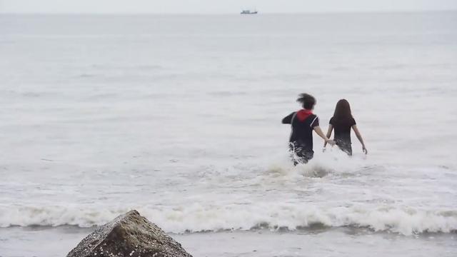 Ghét thì yêu thôi - Tập 9: Kim dìm Du xuống biển vì bị chọc tức - Ảnh 3.