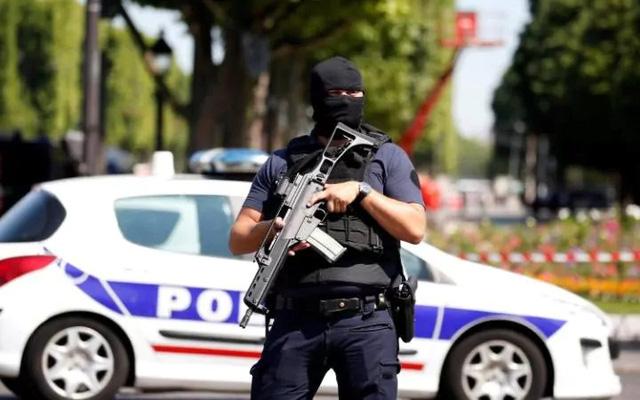 Pháp: Xe đâm vào cảnh sát ở đại lộ Champs Elysees - Ảnh 5.