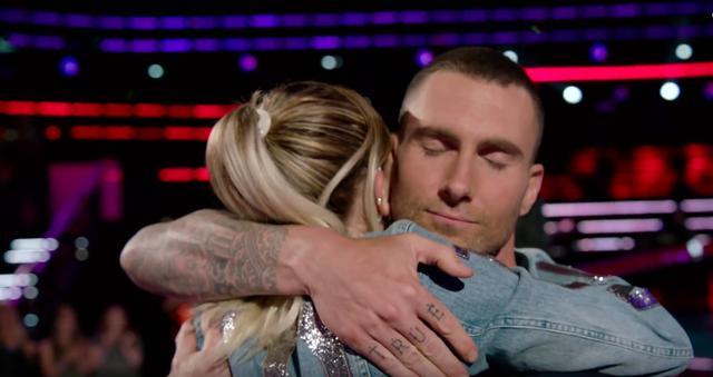Ngỡ ngàng trước khoảnh khắc Miley Cyrus và Adam Levine ôm hôn nhau ở The Voice - Ảnh 2.