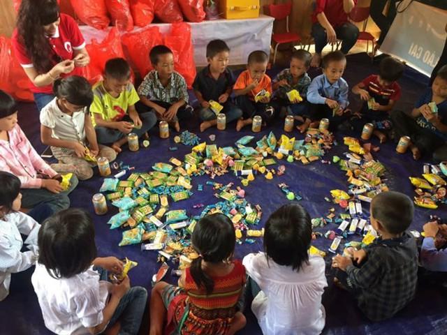 Mang Trung thu yêu thương đến với học sinh nghèo Lào Cai - Ảnh 2.