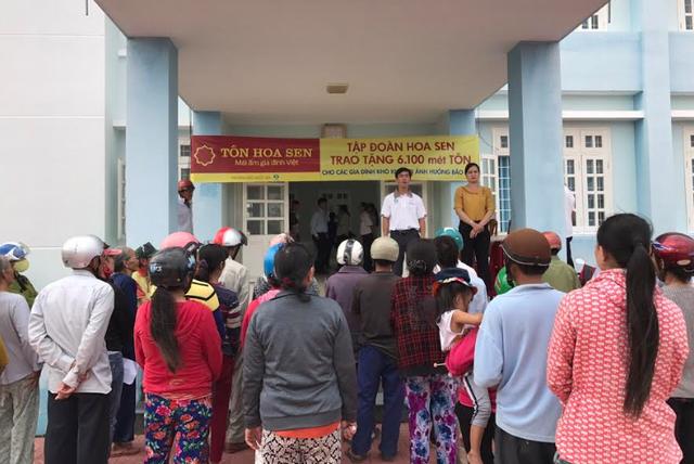 Tập đoàn Hoa Sen trao tặng 6.100m tôn cho người dân vùng bão - Ảnh 1.