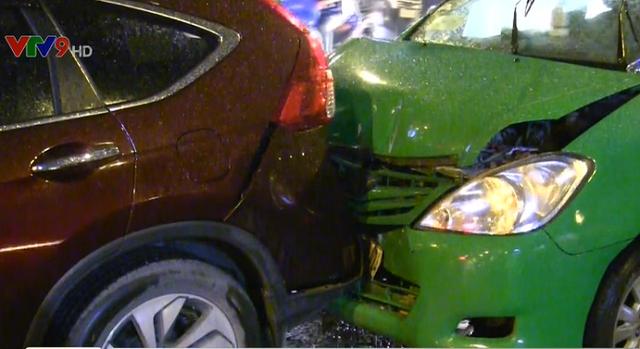 TP.HCM: Nhiều ô tô tông liên hoàn trong cơn mưa - Ảnh 2.