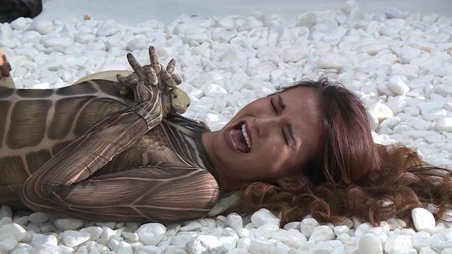 Vietnams Next Top Model 2017 - All Stars: Thí sinh khóc thét, run rẩy vì phải chụp hình với trăn - Ảnh 3.