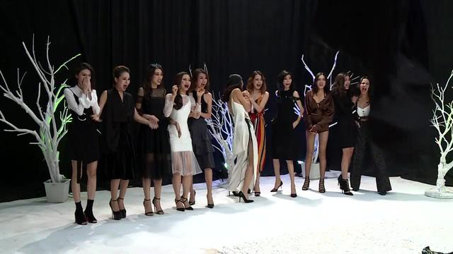 Vietnams Next Top Model 2017 - All Stars: Thí sinh khóc thét, run rẩy vì phải chụp hình với trăn - Ảnh 1.