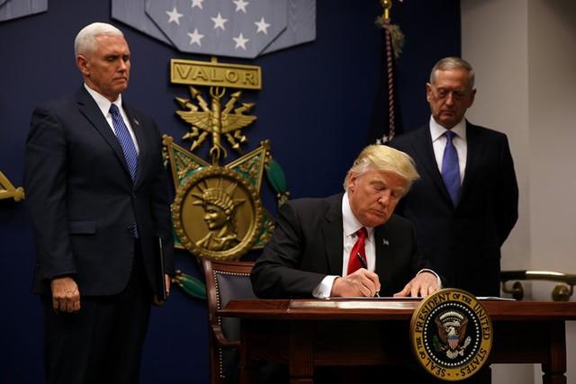 Hỗn loạn ở sân bay vì sắc lệnh cấm nhập cảnh mới của ông Trump - Ảnh 1.