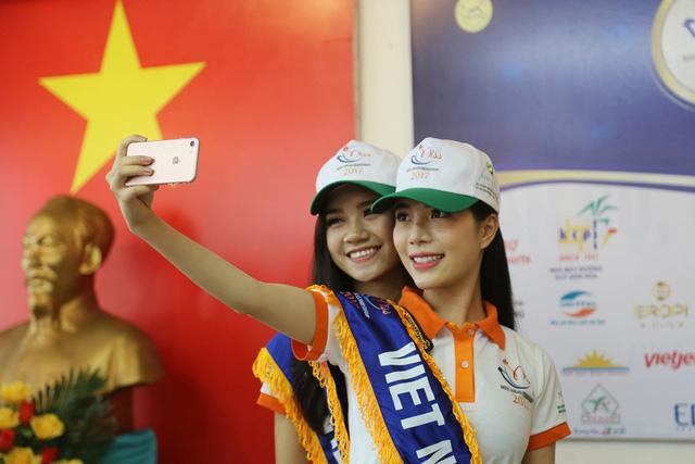 Thí sinh Hoa hậu Hữu nghị ASEAN thân thiết trong buổi đầu gặp gỡ - Ảnh 1.