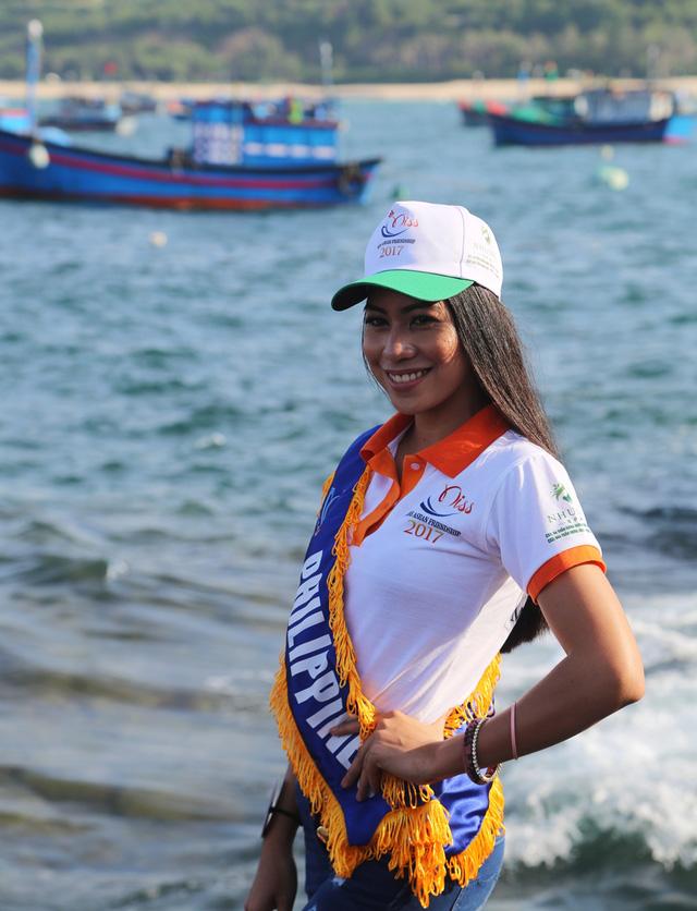 Thí sinh Hoa hậu Hữu nghị ASEAN rạng rỡ khoe sắc ở Ghềnh Đá Dĩa ảo diệu - Ảnh 13.