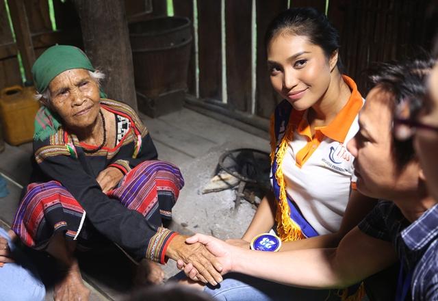 Thí sinh Hoa hậu Hữu nghị ASEAN rơi nước mắt trước những hoàn cảnh nghèo khó - Ảnh 5.