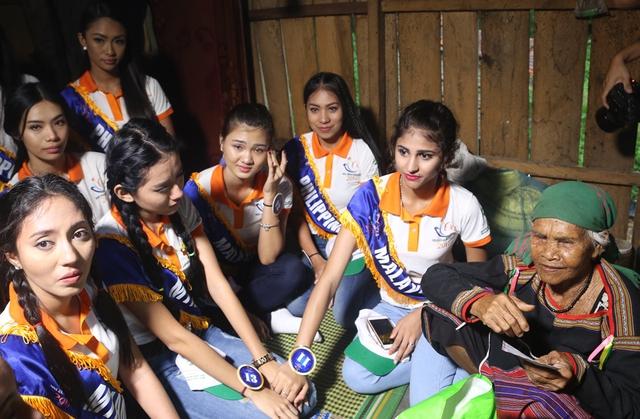 Thí sinh Hoa hậu Hữu nghị ASEAN rơi nước mắt trước những hoàn cảnh nghèo khó - Ảnh 1.