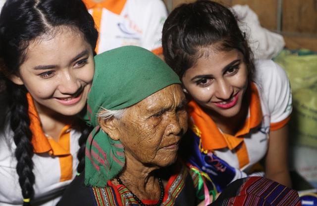 Thí sinh Hoa hậu Hữu nghị ASEAN rơi nước mắt trước những hoàn cảnh nghèo khó - Ảnh 4.