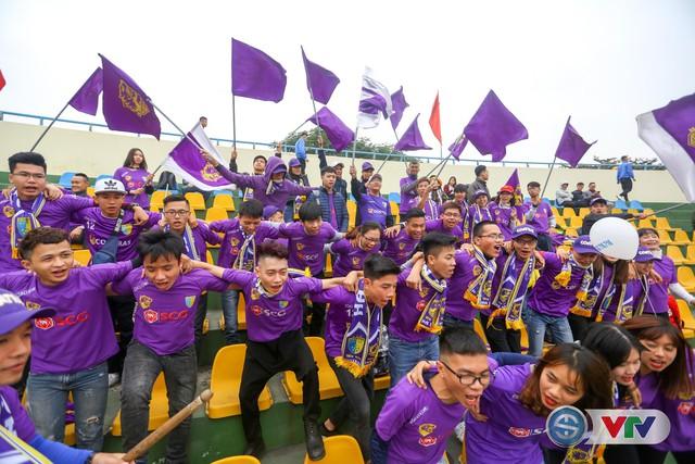 ẢNH: Các CĐV CLB Hà Nội cuồng nhiệt trước trận đấu quyết định trên sân Cẩm Phả - Ảnh 11.