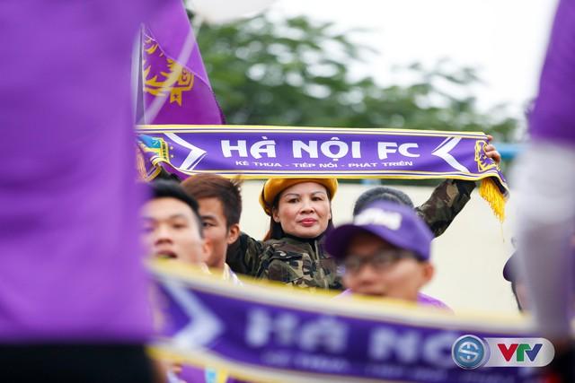 ẢNH: Các CĐV CLB Hà Nội cuồng nhiệt trước trận đấu quyết định trên sân Cẩm Phả - Ảnh 17.