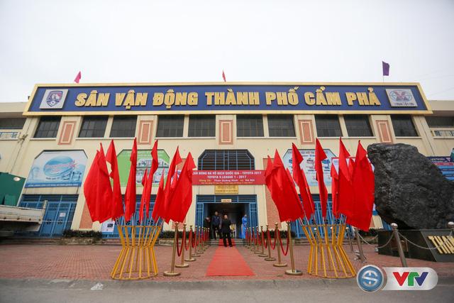 ẢNH: Các CĐV CLB Hà Nội cuồng nhiệt trước trận đấu quyết định trên sân Cẩm Phả - Ảnh 1.