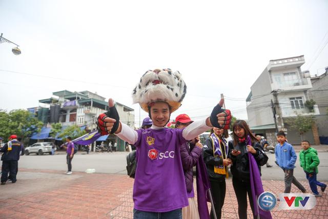 ẢNH: Các CĐV CLB Hà Nội cuồng nhiệt trước trận đấu quyết định trên sân Cẩm Phả - Ảnh 2.