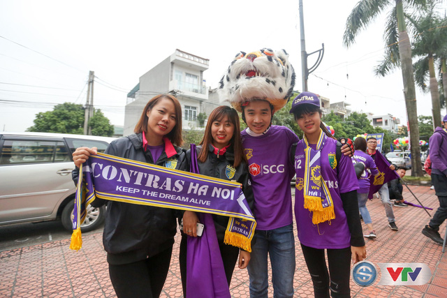 ẢNH: Các CĐV CLB Hà Nội cuồng nhiệt trước trận đấu quyết định trên sân Cẩm Phả - Ảnh 3.