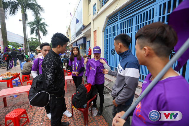 ẢNH: Các CĐV CLB Hà Nội cuồng nhiệt trước trận đấu quyết định trên sân Cẩm Phả - Ảnh 5.