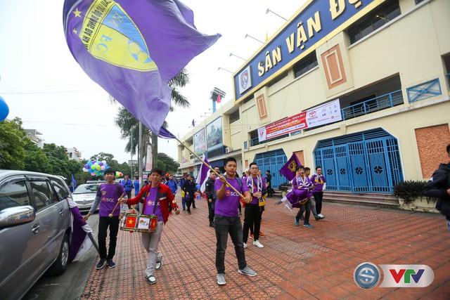 ẢNH: Các CĐV CLB Hà Nội cuồng nhiệt trước trận đấu quyết định trên sân Cẩm Phả - Ảnh 6.
