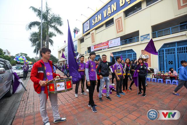 ẢNH: Các CĐV CLB Hà Nội cuồng nhiệt trước trận đấu quyết định trên sân Cẩm Phả - Ảnh 7.
